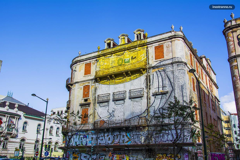 Заброшенный дом с граффити