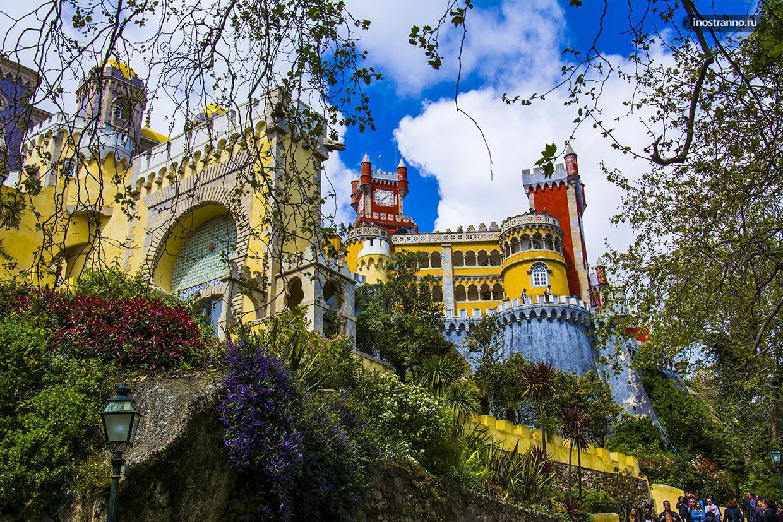 Сказочный дворец Пена в Португалии