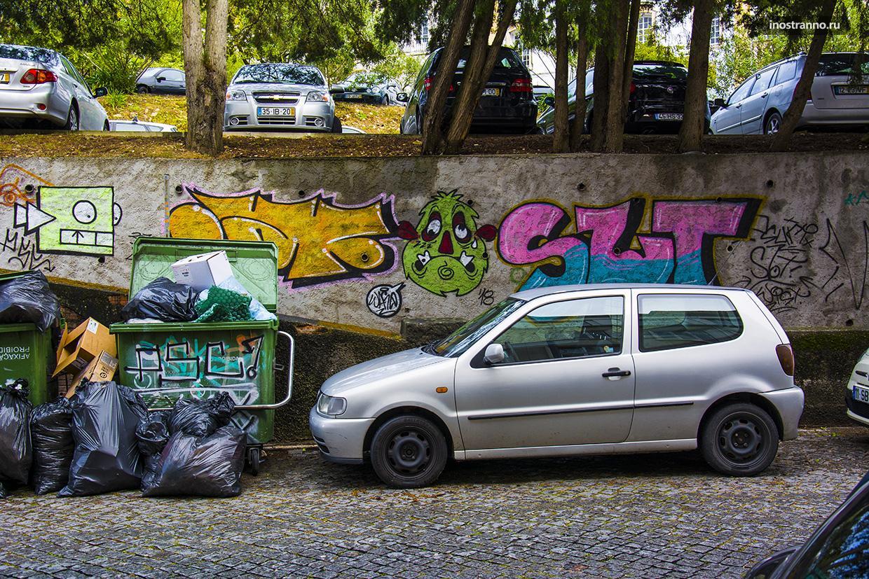 Улица и мусорный бак в Лиссабоне