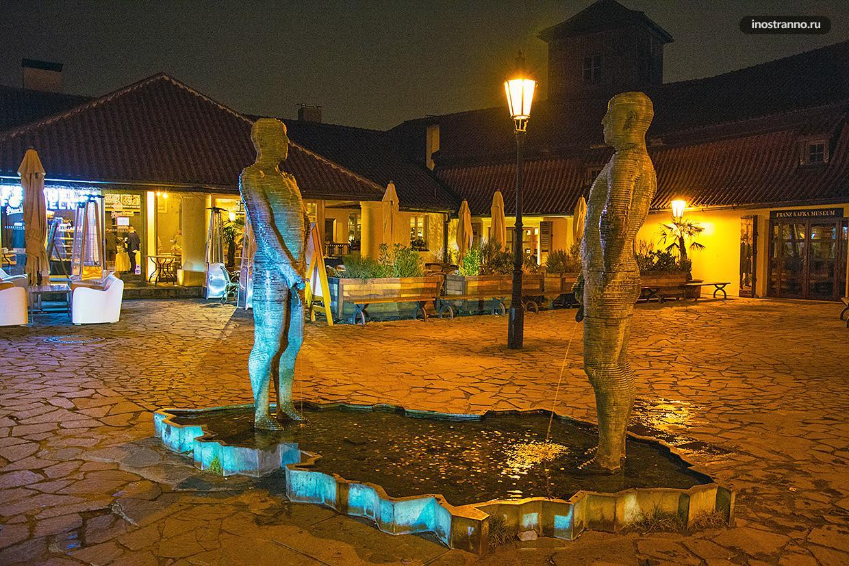 Скульптура-фонтан Давида Черного Писающие мужчины