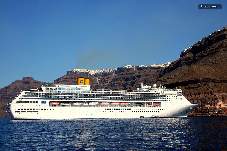 Круизный лайнер на Санторини
