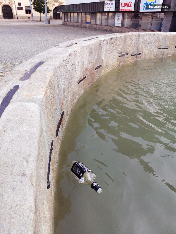 Мусор в фонтане