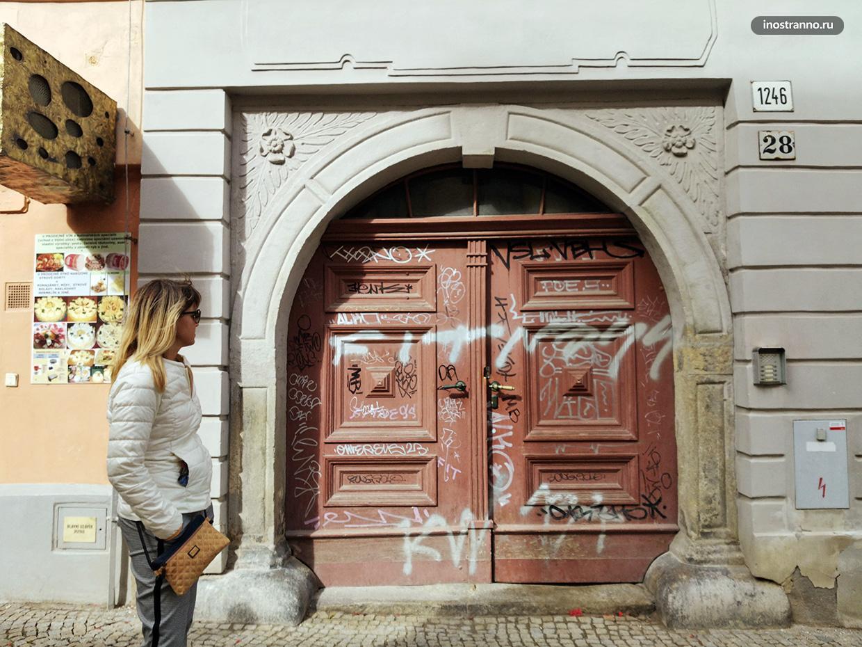 Испорченные двери граффити