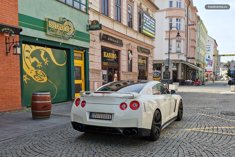 Белый Nissan GT-R