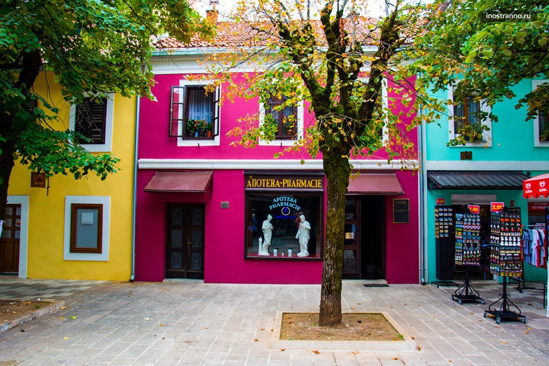 Город в Черногории с яркими домиками