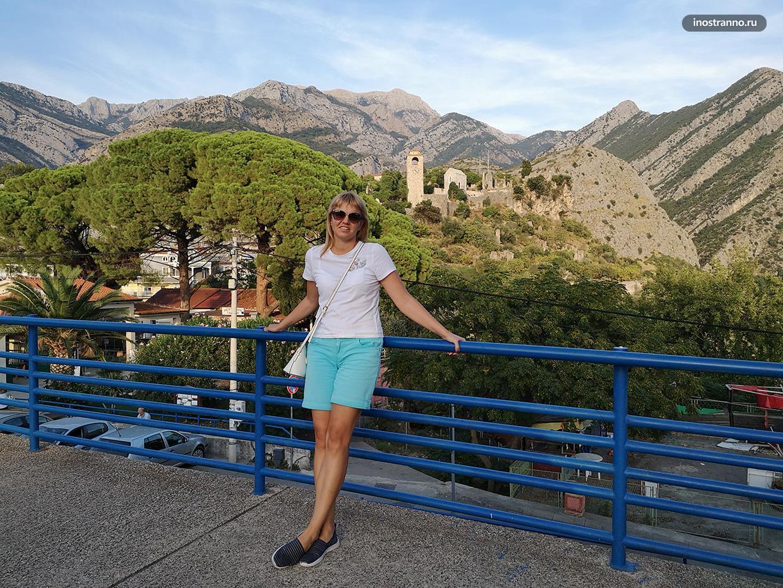 Девушка в Черногории летом