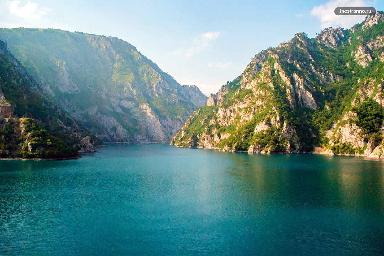 Панорама Пивского озера в Черногории