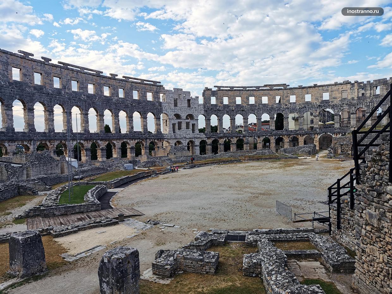 Амфитеатр в Пуле без посетителей