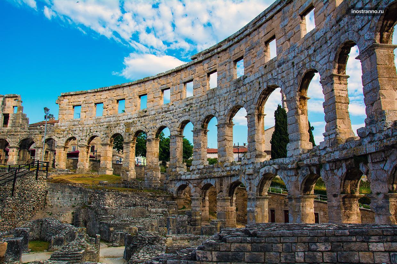Руины в амфитеатре в Пуле, Хорватия