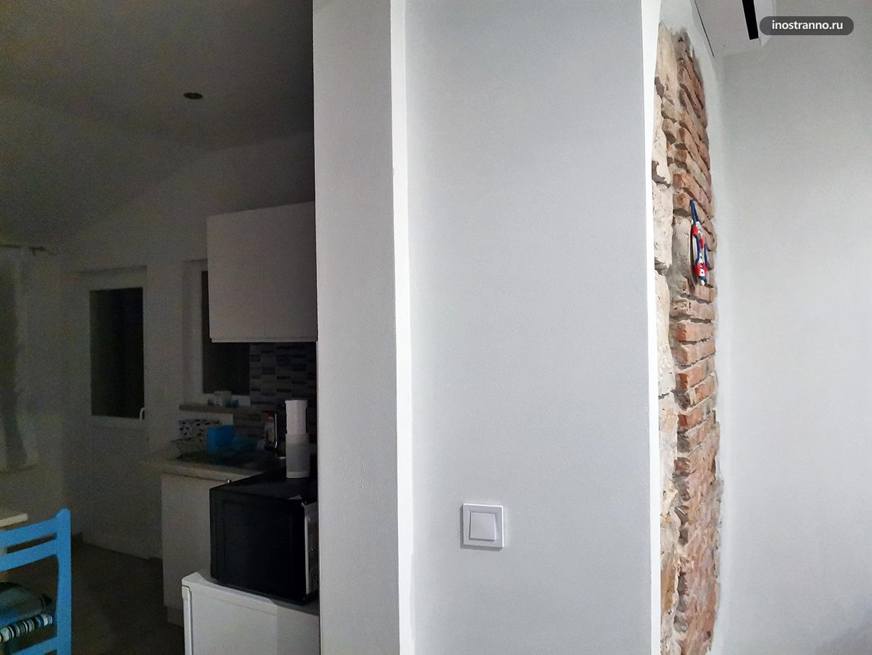 Толстая стена в старом доме