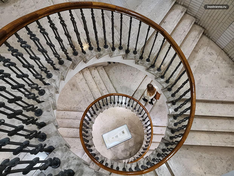 Красивая лестница во дворце в Будапеште