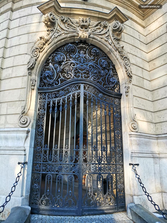 Массивные двери в Будапеште