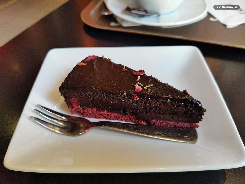 Вкусный шоколадный пирог с вишней